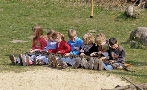 Kinder mit Python im Zoo Hannover
